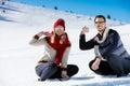 Kasta snöboll slagsmål övervintra par som har gyckel att leka i snow utomhus unga glade lyckliga mång ras par Royaltyfria Foton