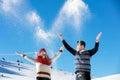 Kasta snöboll slagsmål övervintra par som har gyckel att leka i snow utomhus unga glade lyckliga mång ras par Arkivbilder