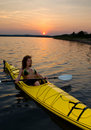 Kayaking no por do sol Imagens de Stock Royalty Free