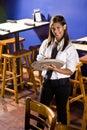 Kellnerin betriebsbereit, eine Ordnung zu nehmen Lizenzfreie Stockbilder