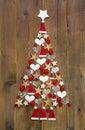 Kerstboom in rode en witte kleur op een houten achtergrond Royalty-vrije Stock Afbeeldingen