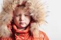 毛皮敞篷和橙色冬天夹克的孩子。时尚kid children closed眼睛 免版税库存照片