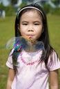 Kind, das eine Luftblase durchbrennt Lizenzfreies Stockfoto
