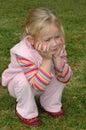 Kind, das sich hinsitzt Stockbilder