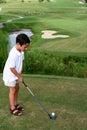 Kind-Golf spielen Stockfotos