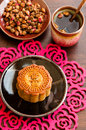 Kinesisk MoonCake med rose tea. Royaltyfri Fotografi