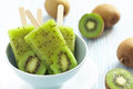 Kiwi-EiscremePopsicle Stockfotos