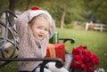Kleinkind das santa hat sitting mit weihnachtsgeschenken outsi trägt Lizenzfreie Stockbilder