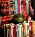 Kleurrijke stoffen voor verkoop in Marokko Stock Foto's