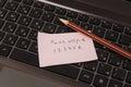 Klibbig anmärkning med lösenord och blyertspennan Royaltyfri Bild