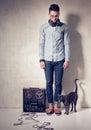 Knappe mens en kat die aan muziek op een magnetophone luisteren Royalty-vrije Stock Fotografie