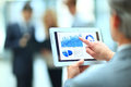 Knappe zakenman die zijn digitale tablet gebruiken Stock Afbeeldingen
