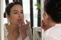 Kobieta stosuje wargi glosę Obraz Stock