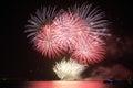 Kolorowy ogromny fajerwerku pokaz odbicie i Zdjęcie Royalty Free