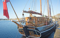 Kommandren un bateau de navigation mâté par deux. Image libre de droits