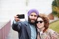 Koppla ihop att ta ett fotografi av dem med en smartphone Royaltyfria Bilder