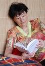 Kvinna för thriller för bokavläsning hög Royaltyfri Foto