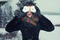Kvinna med snow-balls Arkivfoto