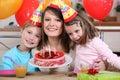 Kvinna som firar med henne ungar Arkivbilder