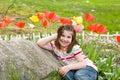 Kwiaty z przodu dziewczyny się uśmiecha Obraz Stock