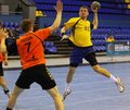 Kyiv ukraine avril sergiy onufrienko de l ukraine en jaune a tiré la boule pendant le jeu de qualification d euro du handball ehf Photo stock