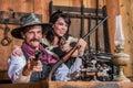 Lächelnde sheriff points gun with frau Stockfoto