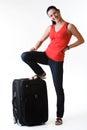 Lächelnde stellung der reizenden brunettefrau in voller länge nahe bei ihrem gepäck das zu ihrem sommer bereit ist reisen Lizenzfreie Stockbilder
