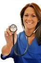 Lächelnde weibliche Krankenschwester mit Stethoskop an der Kamera Lizenzfreie Stockfotos