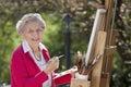 Lächelnder älterer Frauen-Anstrich Stockfoto