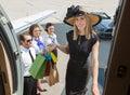 Lächelnder rich woman with shopping bags einstieg Lizenzfreie Stockbilder