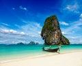 Långt svanfartyg på stranden, Thailand Arkivfoto