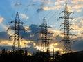 Líneas de transmisión de la energía eléctrica en la puesta del sol Fotografía de archivo libre de regalías
