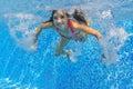L enfant sous marin actif heureux nage dans la piscine belle natation saine de fille et amusement de avoir des vacances d été de Image libre de droits