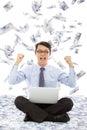L uomo di affari fa un gesto di vittoria con la pioggia dei soldi Immagine Stock Libera da Diritti