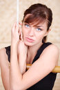 La bella donna malinconica tiene sulla scala di corda di bambù. Fotografia Stock