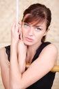 La belle femme mélancolique se retient sur l'échelle de corde en bambou. Photographie stock