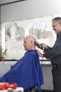 La cabeza de shaving man del peluquero con la maquinilla de afeitar eléctrica Imagen de archivo libre de regalías