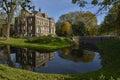 La casa de lujo refleja en el agua Foto de archivo