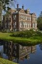La casa de lujo refleja en el agua Fotos de archivo libres de regalías