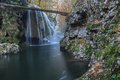 La cascade de bigar tombe dans des gorges parc national roumanie de nera beusnita Photo stock