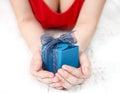 La femme a rectifié en rouge offrant un présent spécial Photo stock