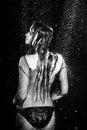 La femme sexy de séance photo d aqua sous la pluie laisse tomber le studio noir et blanc Photos libres de droits