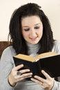 La femmina teenager ha letto un libro Immagine Stock