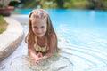 La fille adorable dans la piscine regarde l appareil photo Photographie stock