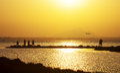 La fotografia della gente spiana dal mare al tramonto Fotografia Stock Libera da Diritti