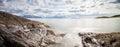 La longue exposition panoramique a tiré de la mer avec des roches dans n du nord Image stock