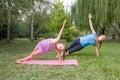 La madre e la figlia si agganciano nella forma fisica Fotografia Stock Libera da Diritti