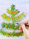 La main dessine un sapin de Noël Photographie stock libre de droits