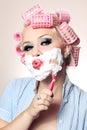 La muchacha atractiva está teniendo un afeitado Imagen de archivo libre de regalías