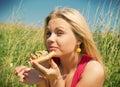 La muchacha come el almuerzo de pizza basket Imágenes de archivo libres de regalías